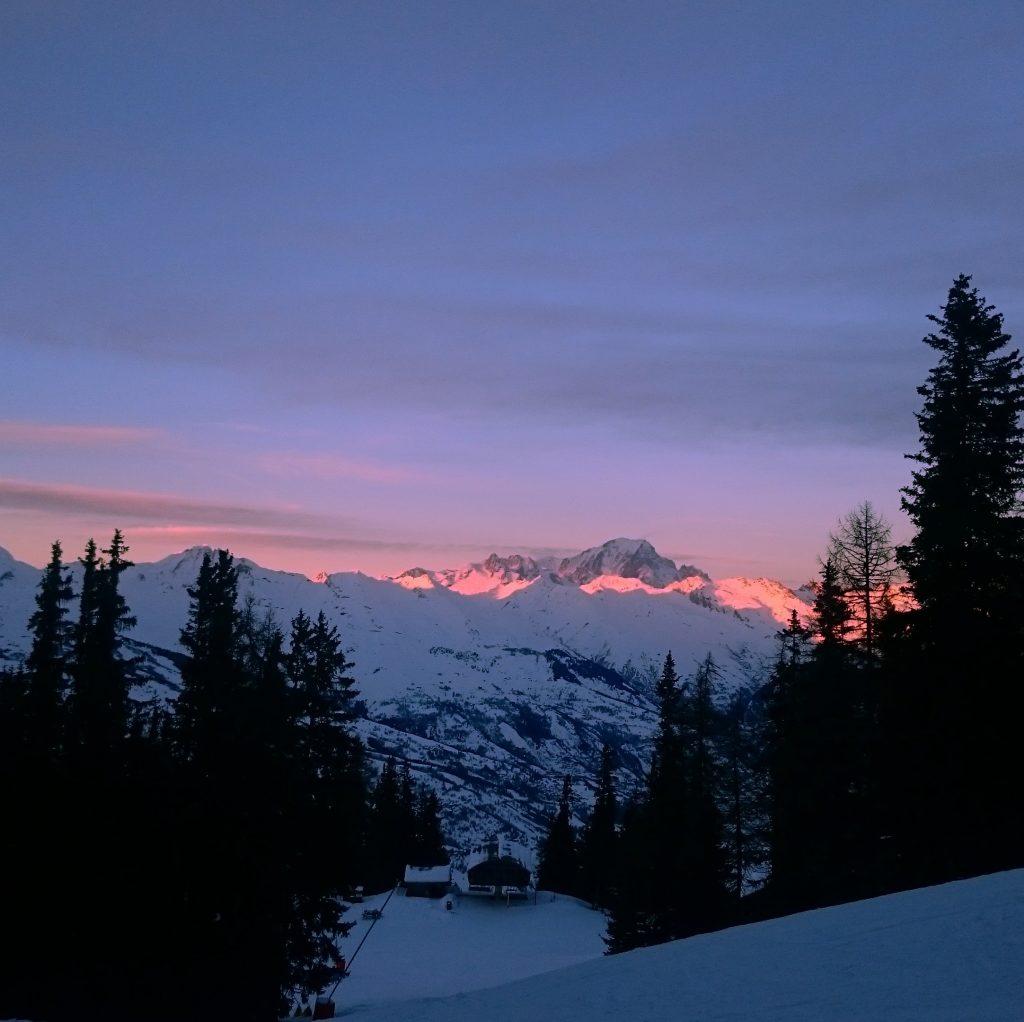 coucher de soleil sur les hauteurs enneigées de Montchavin